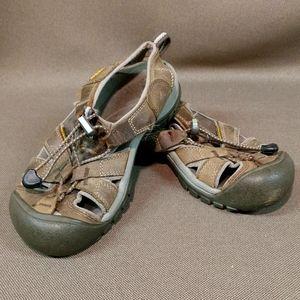 Keen closed toe sandal / water shoe
